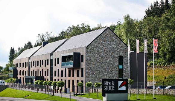bâtiment avec façade en pierre et en bois dans la région de Spa en Wallonie
