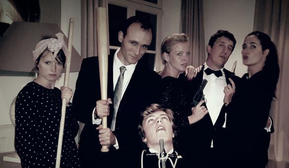 groupe 6 personnes en costumes différents pour une murder party en Wallonie