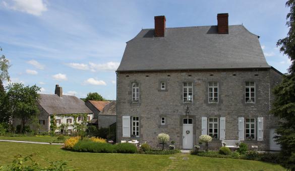 Les plus beaux villages de Wallonie - Soulme - maison - pierres - ciel bleu - jardin