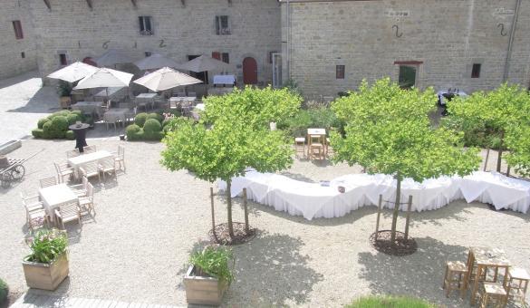 cour extérieure avec arbre mise en place de tables. Parfait pour vos événements d'affaires en Wallonie