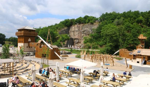 Pause gourmande ou détente à la terrasse de la plaine de jeux du parc aventure Adventure Valley Durbuy