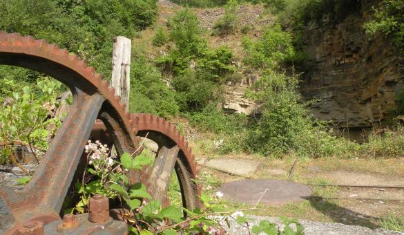Découvrez l'ancien treuil et le front de taille des carrières de Géromont, témoins du riche passé industriel de la région de Comblain-au-Pont