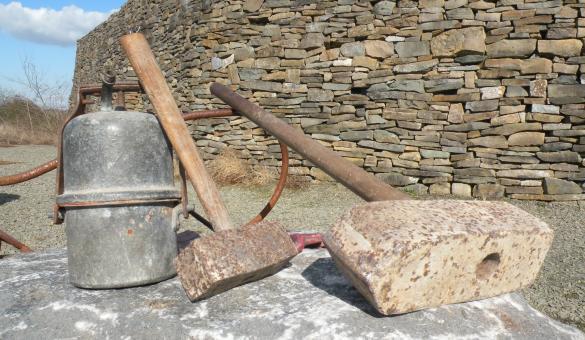 Découvrez les anciens outils utilisés pour la taille des pavés aux carrières de Géromont à Comblain-au-Pont