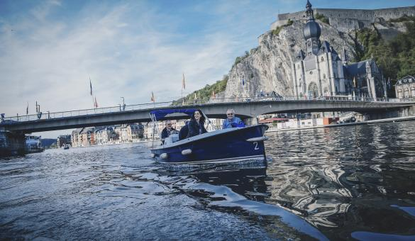Bateaux avec 3 personnes sur un fleuve en Wallonie