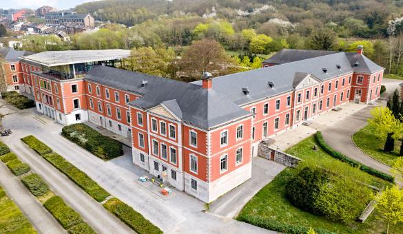 Bâtiment extérieur briques rouge pour événements d'affaires dans la Province de Liège