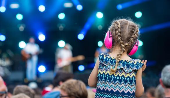 Festival - été - musique - enfant sur les épaules de son papa