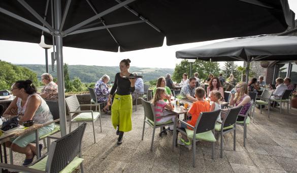 Terrasse avec vue panoramique du village de vacances Landal Les Etoiles à Blaimont