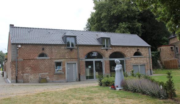 Microbrasserie des Hostieux Moines de l'Abbaye de Villers-la-Ville - Bâtiment et statue de Dom Placide