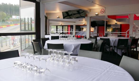 Mezzanine avec table et verres pour vos événements au circuit de Spa-Francorchamps