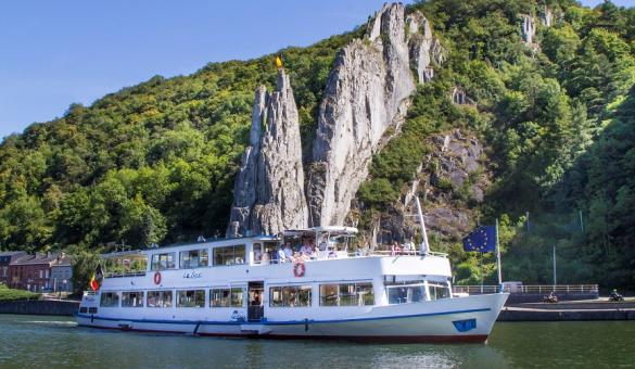 Discover the city by boat thanks to Dinant Evasion.