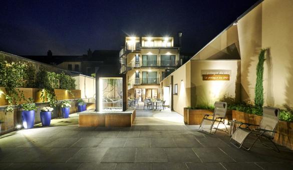 hôtel de nuit vue sur terrasse avec lumière
