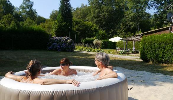 Chambre d'hôtes The Little Paradise - Florennes - Vue du jacuzzi sur jardin et bois privatifs