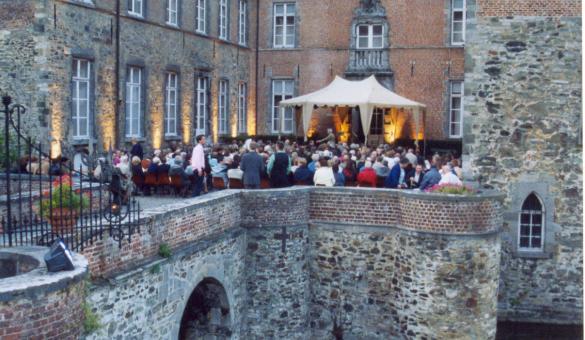 concert dans la cour d'un château
