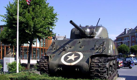 Place McAuliffe et char Sherman, monument de la Bataille des Ardennes à Bastogne