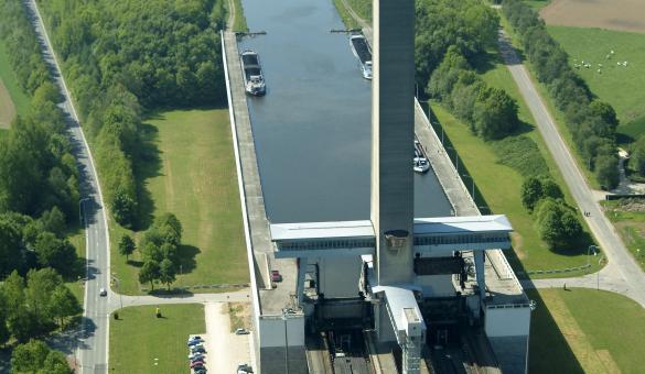 Venez visiter le plan incliné de Ronquières qui permet de compenser une dénivellation de 68 mètres sur le canal Charleroi-Bruxelles