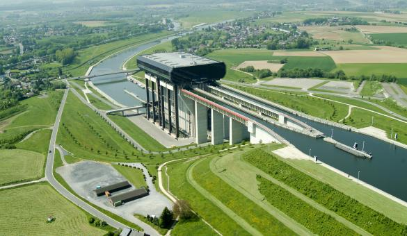 Discover the Strépy-Thieu funicular lift, dominating the Canal du centre