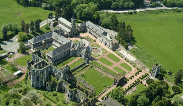 Discover the history of the Aulne Abbey, in Gozée, and the life of its Cistercian monks.