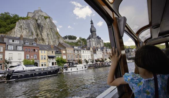 Découvrez Dinant et profitez d'une croisière en bateau sur la Meuse, en province de Namur
