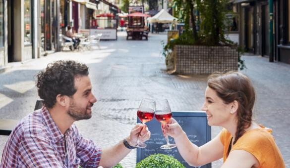 La Wallonie gourmande en couple. Profitez de l'ambiance de la rue Dampremy à Charleroi, dans le Hainaut