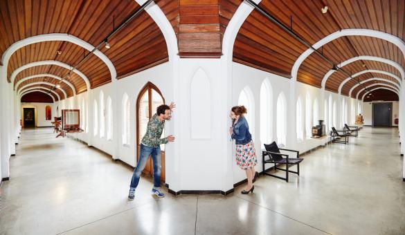 Vue en perspective d'une des salles du Musée de la Photographie de Charleroi, en Belgique