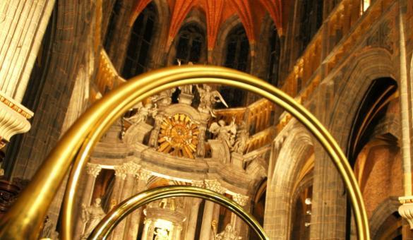 De jachthoorn en het interieur van de Sint-Pietersbasiliek in Saint-Hubert