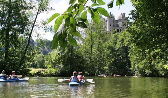 Combinez descente de la Lesse en kayaks et découverte du Château de Walzin, en Province de Namur