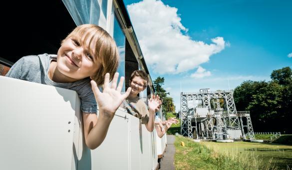 Prenez place dans le petit train touristique afin de découvrir les ascenseurs à bateaux du canal du Centre