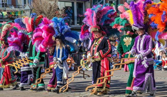 """Grand cortège du Carnaval de Malmedy et danse des Haguètes agitant leur """"happe-chair"""""""