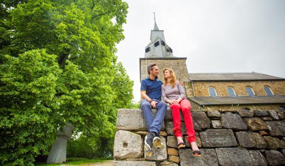 Découvrez l'Église Saint-Étienne de Waha à Marche-en-Famenne et ses vitraux crées par Jean-Michel Folon