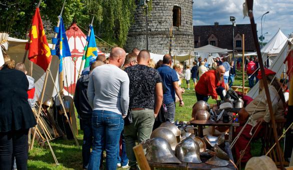 Groupe de gens déambulant dans un marché d'artisanat médiéval