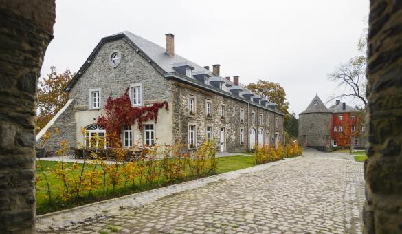 La cour du gîte rural La Ferme de Rolley à Bertogne
