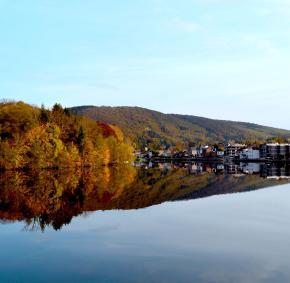 le village de Profondeville en automne vue sur la Meuse