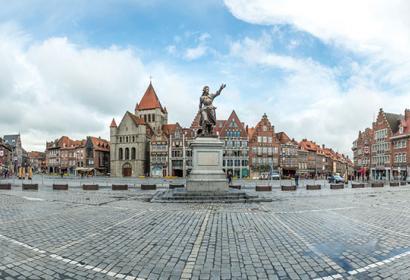 Grand-Place - Tournai - 5 clochers - statue