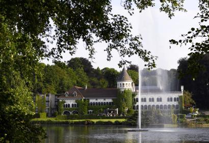 vue de la façade extérieure du Château avec en premier plan le lac de Genval. Parfait pour vos séminaires en Wallonie