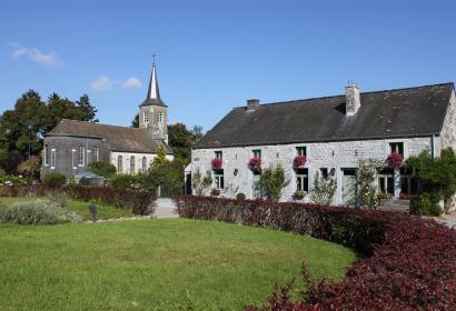 Les plus beaux villages de Wallonie - Sohier - clocher - cour intérieur - ciel bleu - jardin