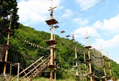 Prendre de la hauteur au Challenge Park du parc aventure Adventure Valley Durbuy