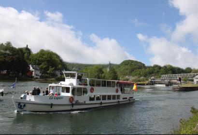 Grâce à Dinant Evasion, embarquez à bord d'un bateau électrique pour découvrir la ville