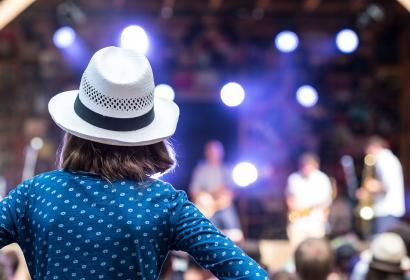 femme - chapeau - scène - Festival