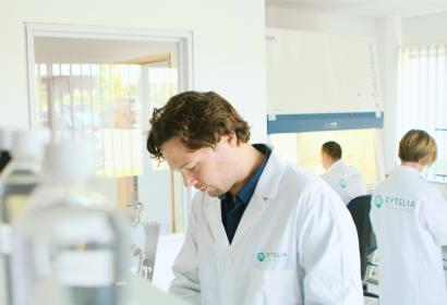 Chercheur travaillant au laboratoire Eytelia à Courcelles