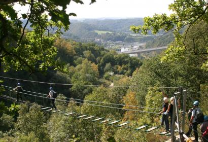Testez vos limites sur le grand pont au parc Aventure de Dinant, à Anseremme