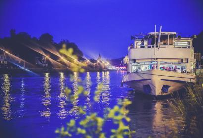Bateau sur le fleuve de nuit en Wallonie