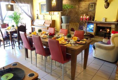 Photo du living avec table du petit-déjeuner garnie