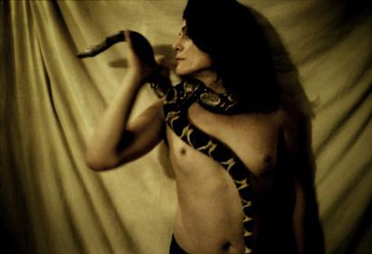 Sandrine Lopez - Série Arkhê - Serpent enroulé autour d'une femme nue
