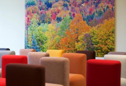 Salle de réunion avec chaises colorées en Wallonie