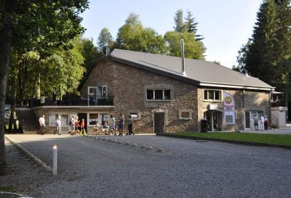 Camping - Domaine Moulin de Malempré - 164 emplacements spacieux - délimités - maison de vacances - Lave-linge - sèche-linge - Wi-Fi - Terrasse - piscine