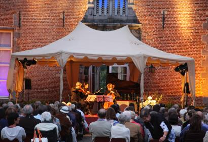 Concert dans la cours d'un château