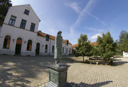 La Hulpe - Fondation Folon - statue - place