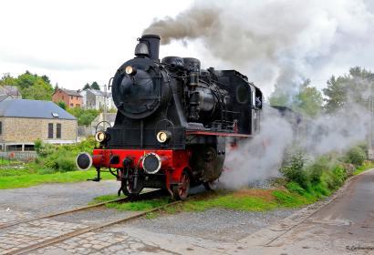 Genießen Sie eine Zeitreise in einer echten, dampfbetriebenen Eisenbahn durch die 3 Täler zwischen Mariembourg und Treignes