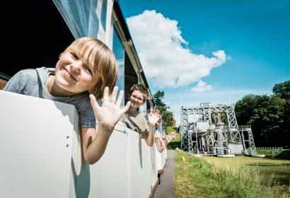Ga aan boord van het toeristisch treintje en ontdek de bootliften van het Centrumkanaal