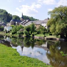 Spazieren Sie entlang der Semois beim Dorf Chassepierre